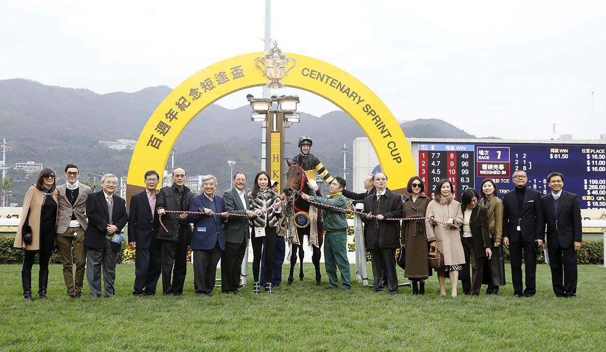 「翩翩」的馬主及親友、練馬師及騎師在賽後祝捷。