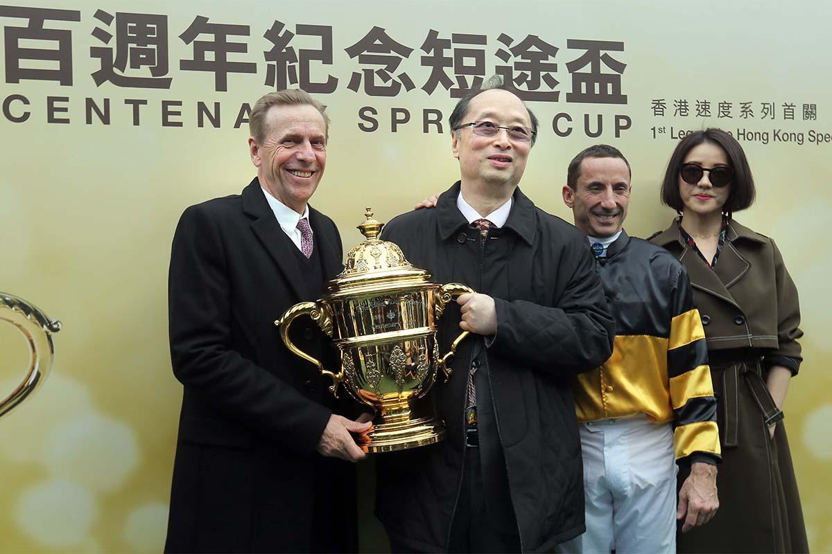 「翩翩」的馬主及騎練於頒獎禮後合照。