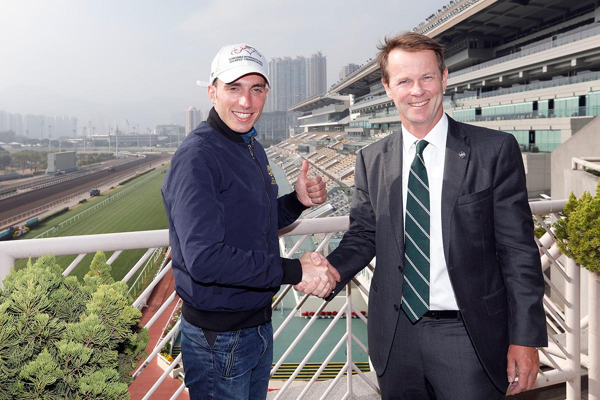 馬會賽事規管及發展執行總監夏定安與馬會騎師布達德合照。