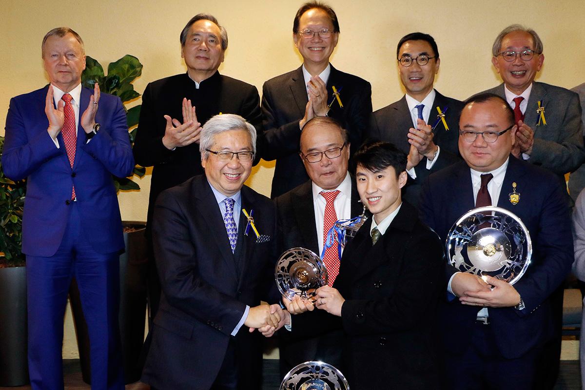 馬會董事李家祥博士頒發銀碟予約翰摩亞馬房助理練馬師王志偉及騎師潘頓。