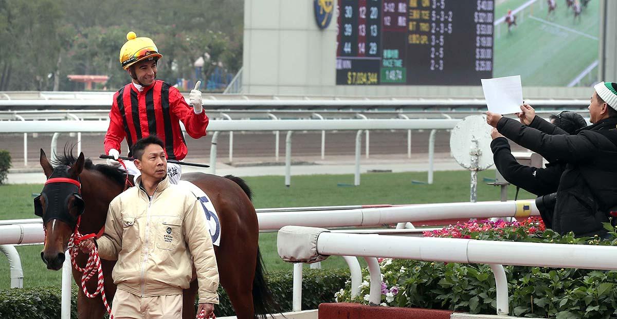 莫雷拉於返回凱旋門時向馬迷致意。