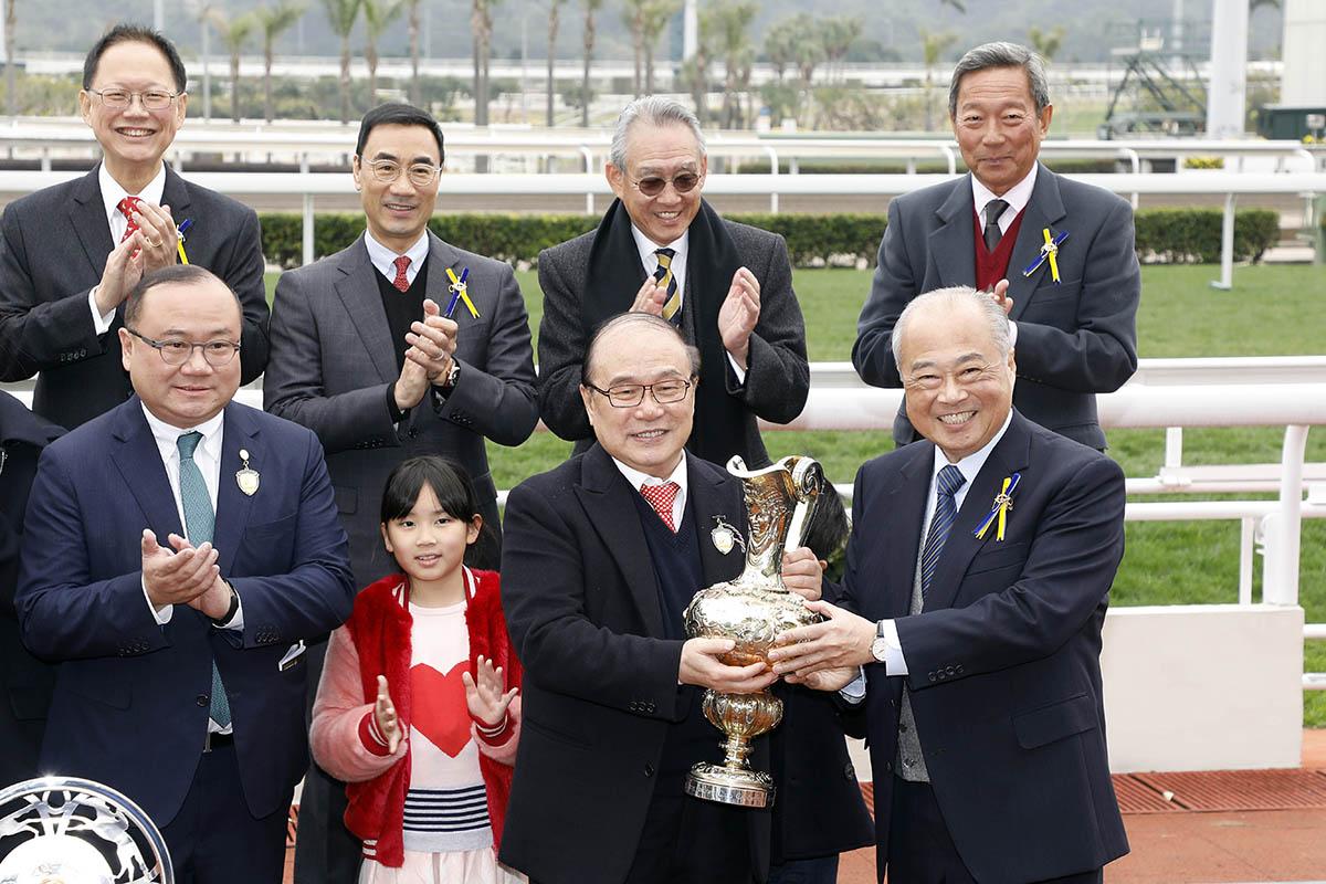 馬會董事周松崗爵士頒發百週年紀念銀瓶獎盃及銀碟予「達羅素」的馬主蕭百君、練馬師蔡約翰及騎師莫雷拉。
