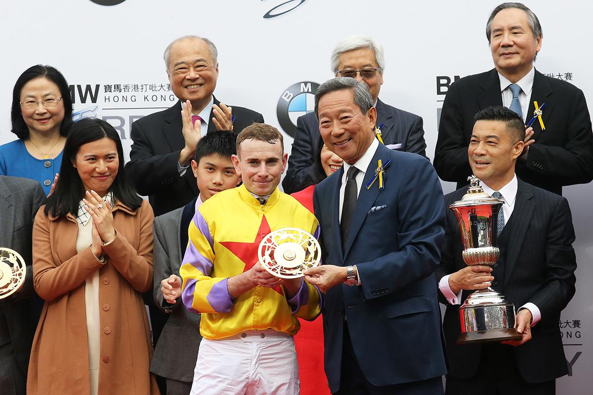 馬會主席葉錫安博士於頒獎禮上將打吡冠軍獎盃及鍍金碟頒予「平海福星」的馬主曾勝利、練馬師蔡約翰及騎師莫雅。
