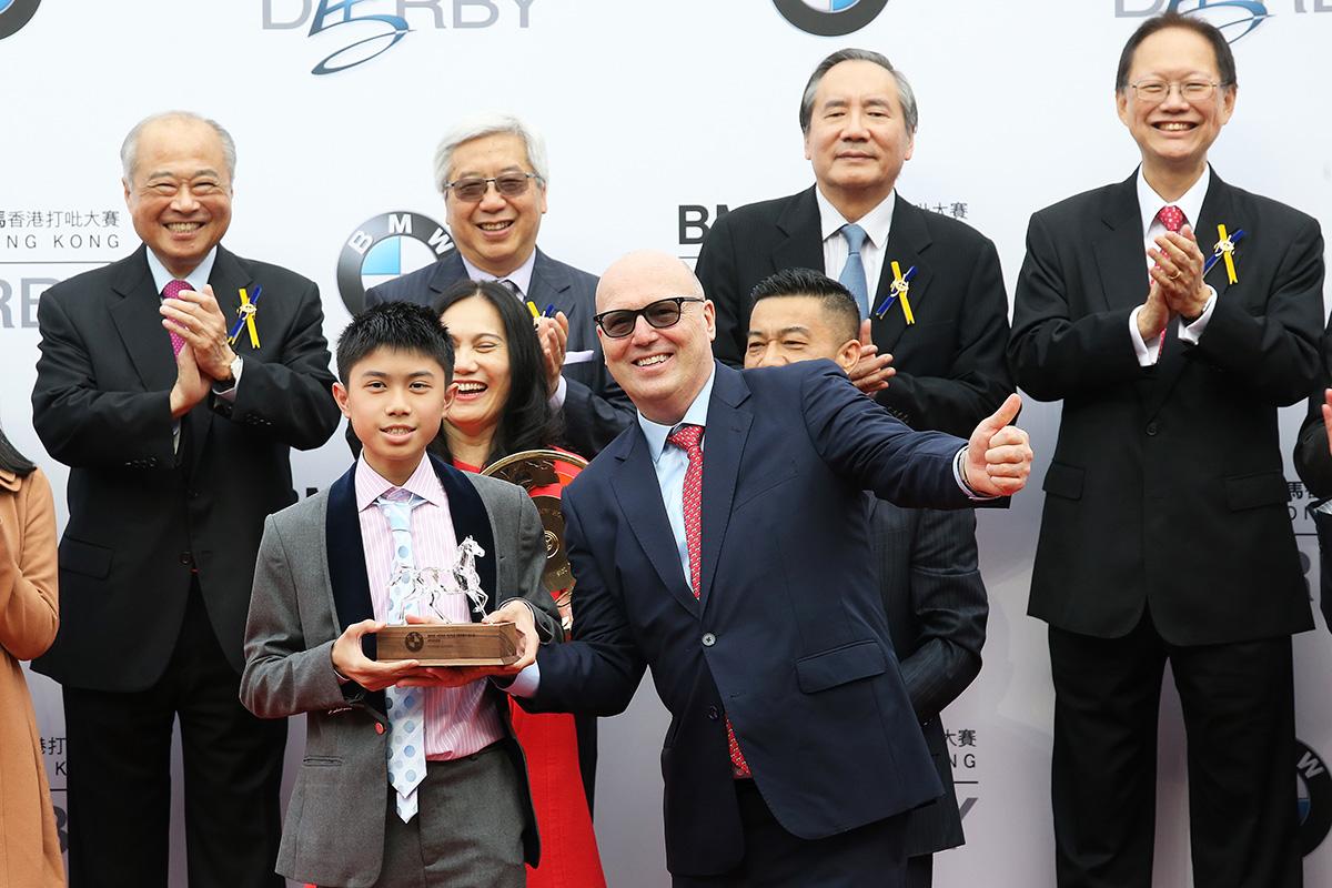 寶馬集團香港、澳門及台灣進口業務部副總裁孔楷文頒發紀念品予「平海福星」的馬主代表。