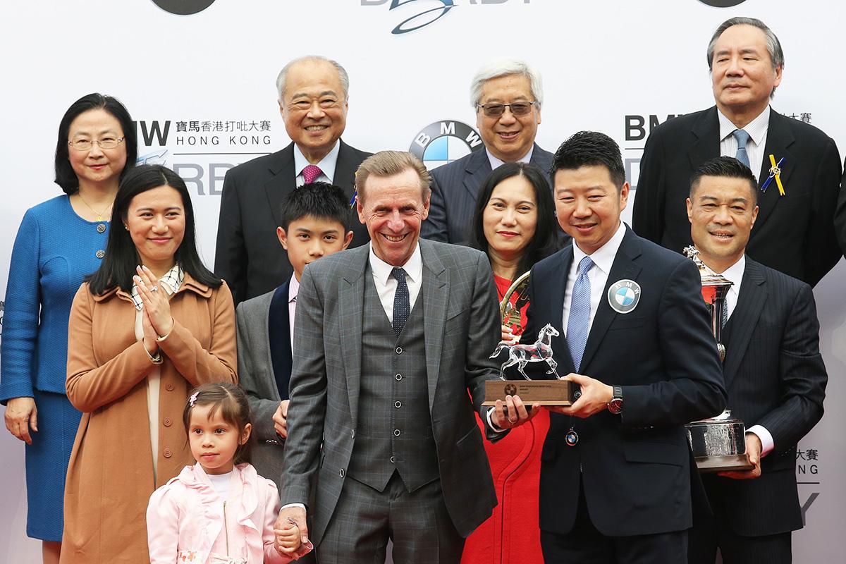 寶馬汽車(香港)有限公司香港及澳門區董事總經理劉家輝頒發紀念品予「平海福星」的練馬師蔡約翰。