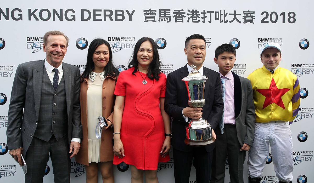 「平海福星」的馬主、練馬師及騎師在頒獎儀式後捧盃合照。