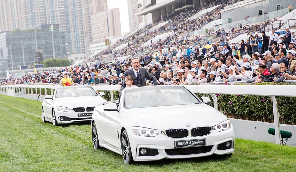 寶馬香港打吡大賽冠軍「平海福星」的馬主、練馬師及騎師,於頒獎儀式後乘坐寶馬開篷跑車,在草地跑道上巡遊,接受馬迷祝賀及答謝大家的支持。