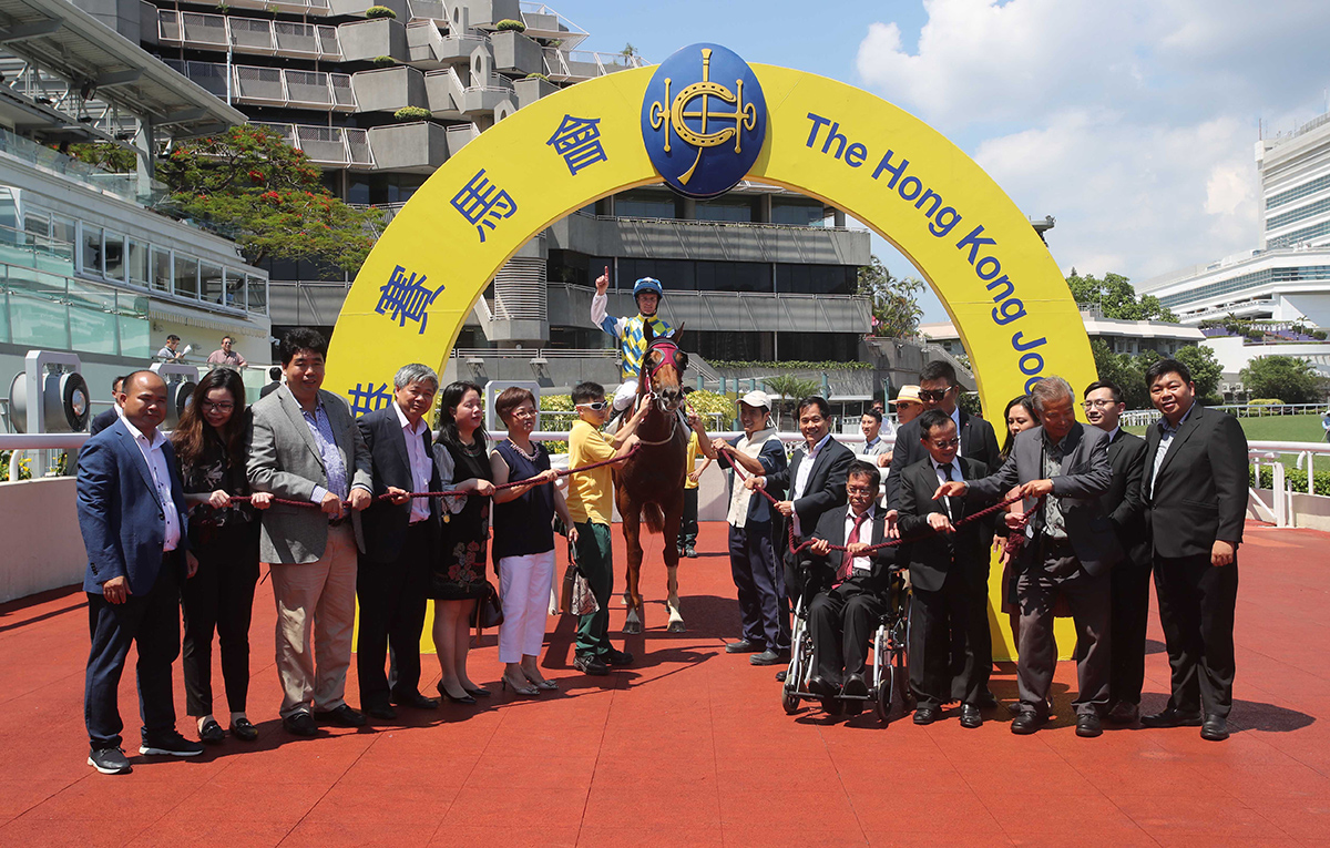 「錶之太陽」的馬主代表、親友、練馬師及騎師賽後在凱旋門祝捷。