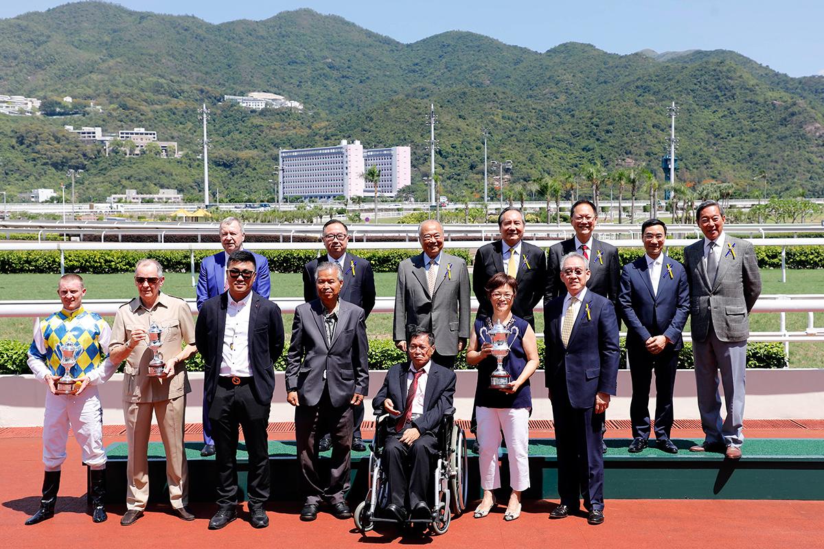 競駿會十週年紀念盃頒獎儀式大合照。