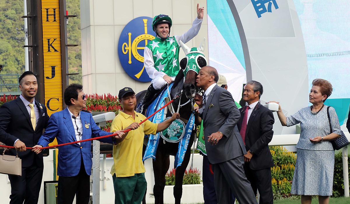「巴基之星」的馬主及親友,與該駒的騎師及練馬師於賽後一同祝捷。