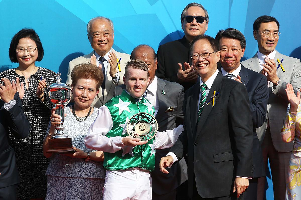 馬會董事陳南祿頒發鍍金碟予「巴基之星」的練馬師告東尼及騎師貝湯美。