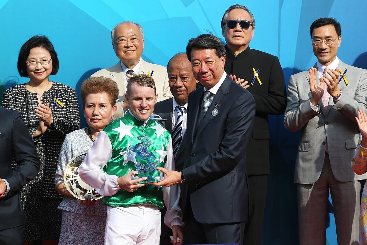 渣打銀行大中華及北亞地區行政總裁兼集團零售銀行及財富管理業務行政總裁洪丕正頒發紀念品予「巴基之星」馬主Kerm Din的代表及騎師貝湯美。