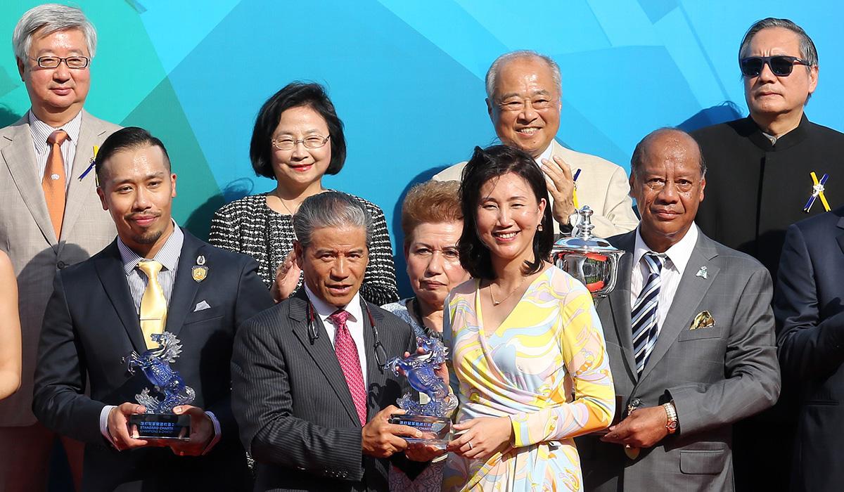 渣打銀行(香港)有限公司行政總裁褟惠儀頒發紀念品予「巴基之星」的練馬師告東尼。