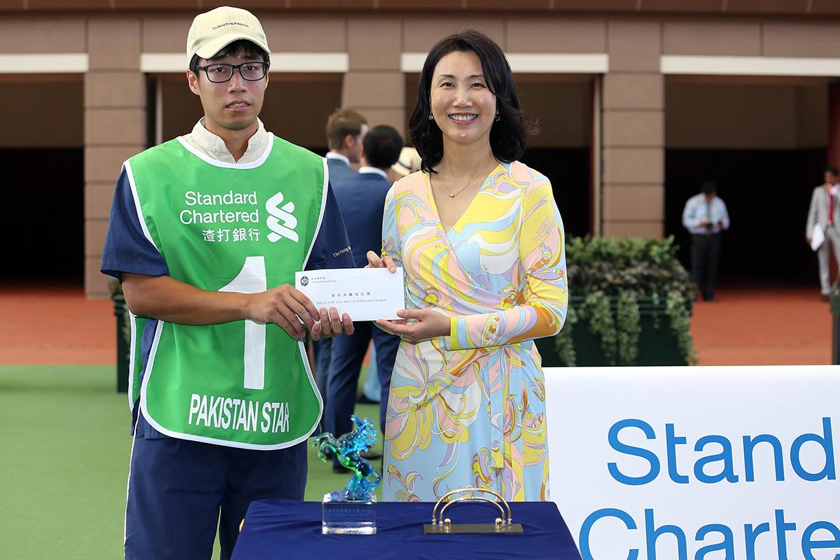 「巴基之星」獲得渣打冠軍暨遮打盃最佳外觀馬匹獎。渣打銀行(香港)有限公司行政總裁褟惠儀,在賽前頒發五千元現金獎及紀念品予負責料理該駒的馬房助理。