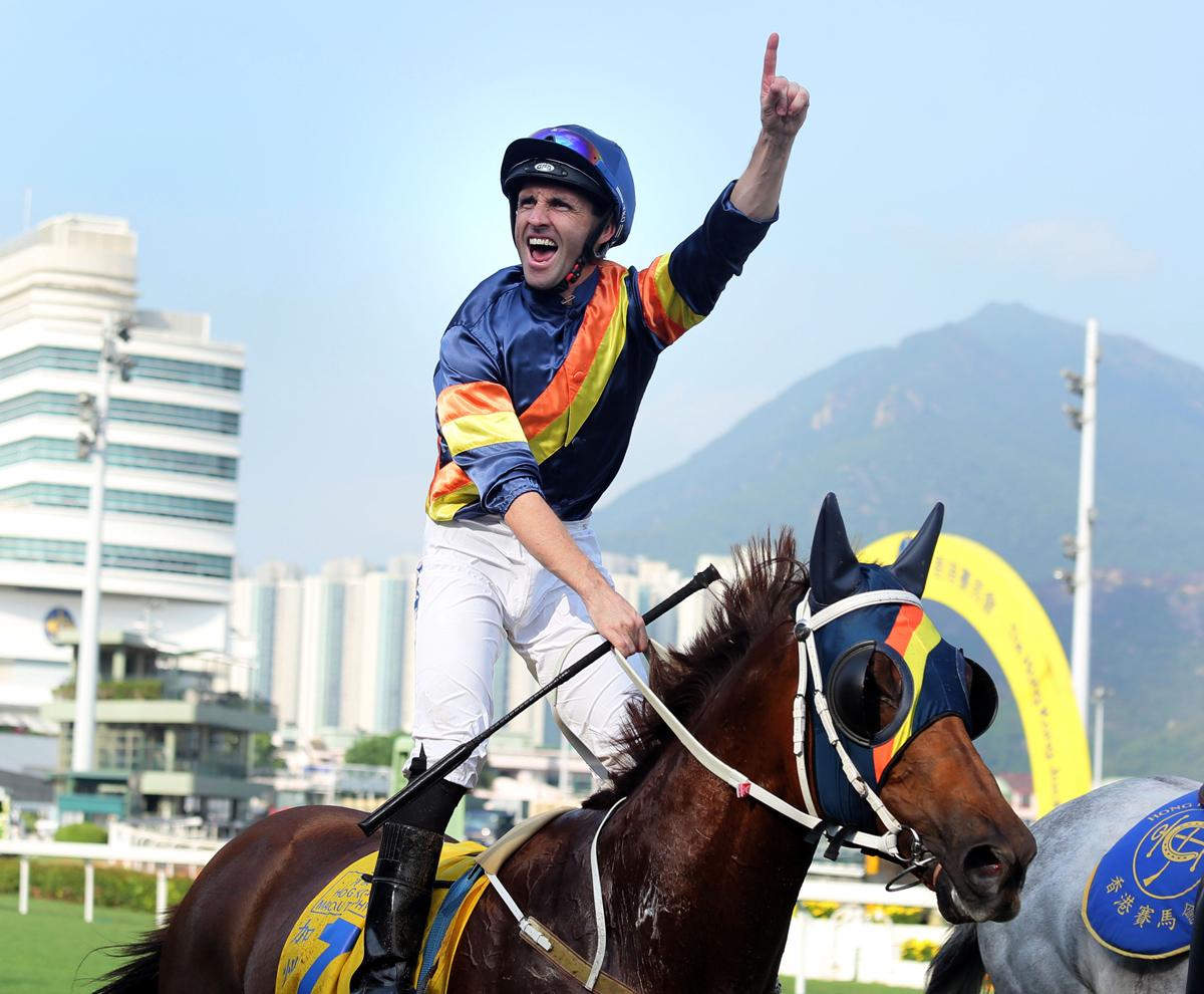 郭能夥拍「加州議長」奪得港澳盃,在返回凱旋門時興奮歡呼。