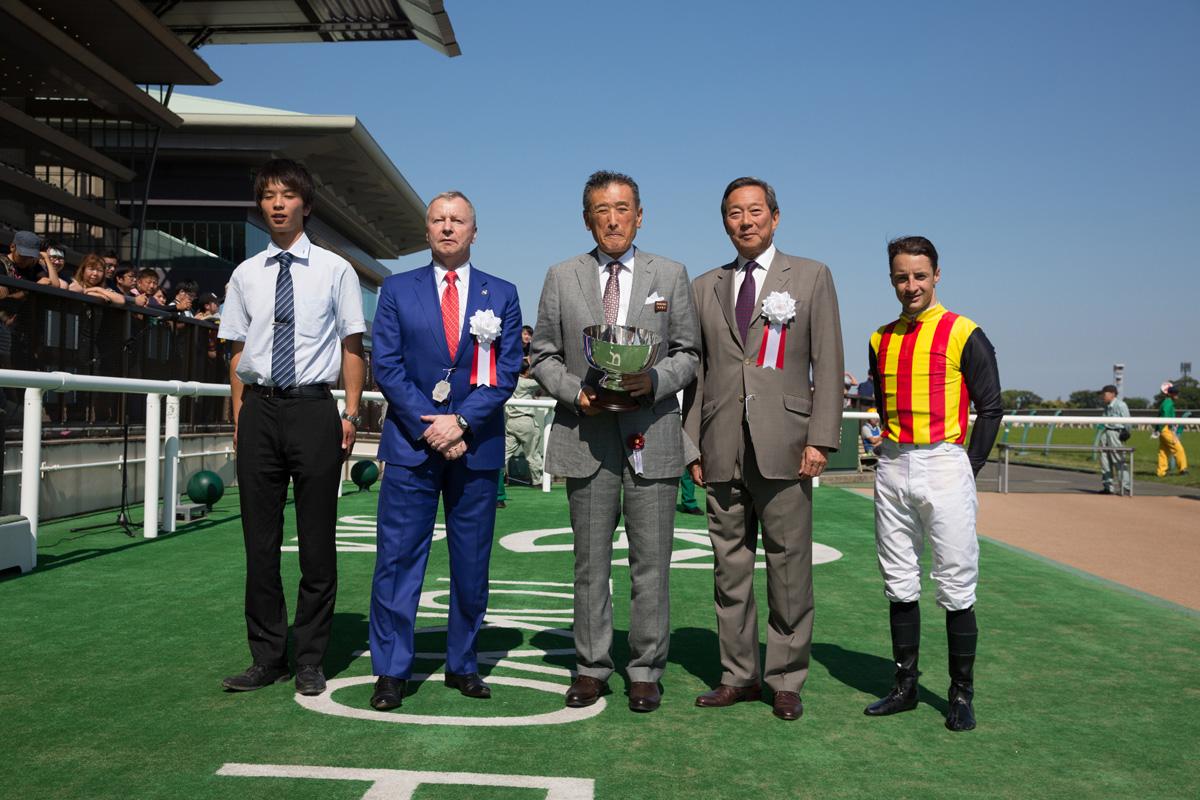 香港賽馬會主席葉錫安博士 (右二)與行政總裁應家柏 (左二) 在同日舉行的香港賽馬會錦標頒獎禮上將冠軍獎盃頒予頭馬Glengarry的馬主吉田勝己(中)及騎練。