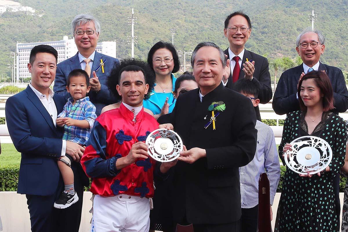馬會董事葉澍堃先生主持頒發獅子山錦標的獎盃及冠軍銀碟,勝出馬匹「中華盛世」的馬主肖潭平先生及夫人、練馬師告東尼及騎師莫雷拉。