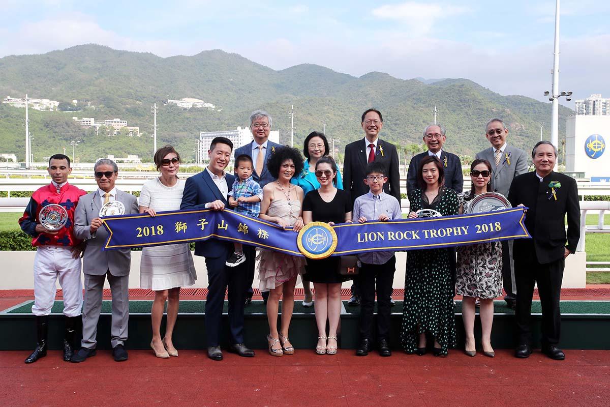 馬會董事、頭馬「中華盛世」的馬主及騎練,於獅子山錦標頒獎禮上合照。