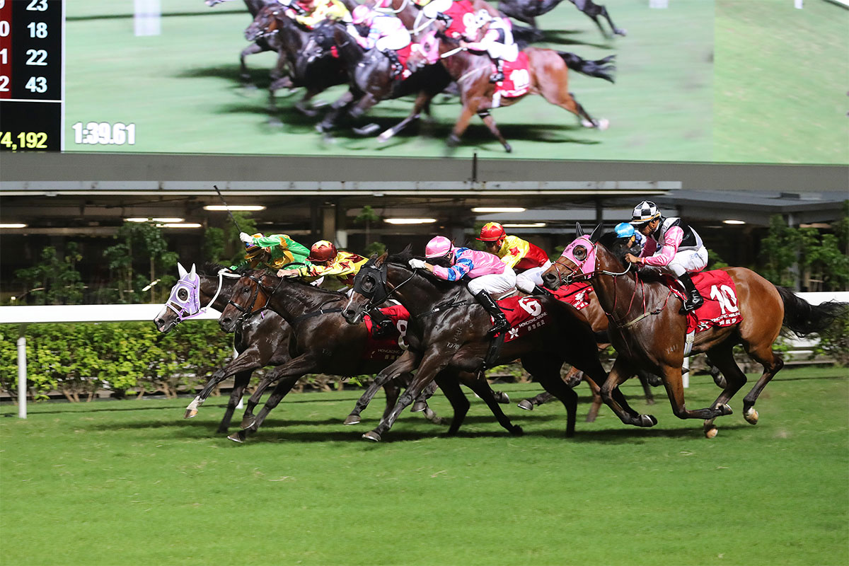 Sichuan Dar (No.8, in yellow) edges Classic Emperor (in green) and Friends Of Ka Ying (No.6, in pink) to take the Class 2 Washington D.C. Handicap.