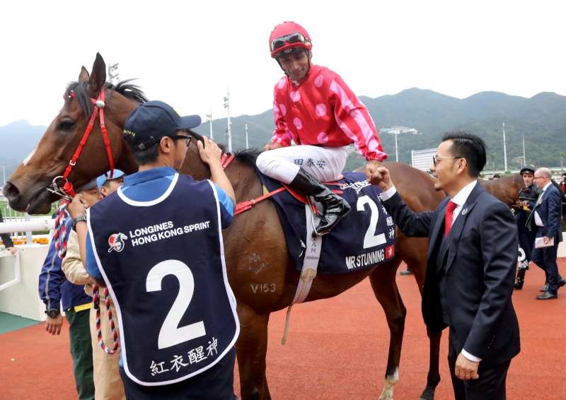 Teetan and trainer Frankie Lor celebrate their maiden success at the HKIR.