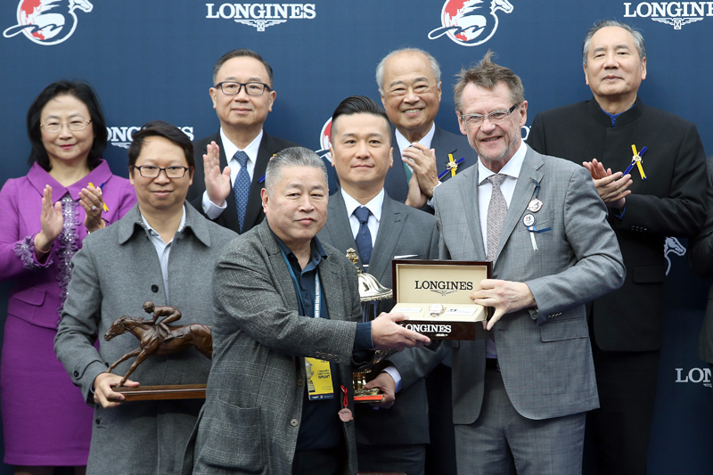 Mr Kevin Rollenhagen (right), Managing Director of The Swatch Group (HK) Limited, presents souvenirs to the owner representative of Mr Stunning, trainer Frankie Lor and jockey Karis Teetan.
