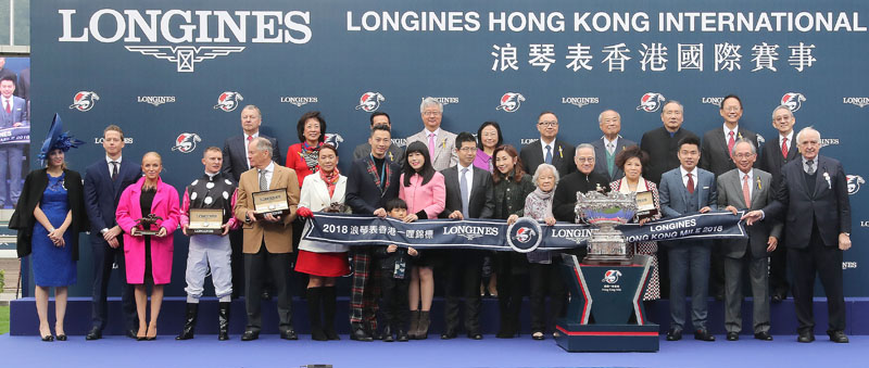 Group photo at the presentation ceremony of the LONGINES Hong Kong Mile.