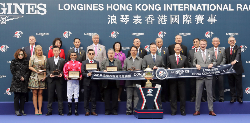 All smile to cameras at the LONGINES Hong Kong Sprint trophy presentation ceremony.