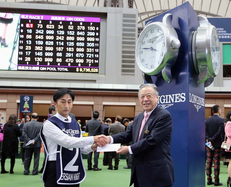 Mr Masayuki Goto, President & CEO of Japan Racing Association, presents a prize of HK$5,000 to the Groom responsible for Persian Knight, the Best Turned Out Horse in the LONGINES Hong Kong Mile.