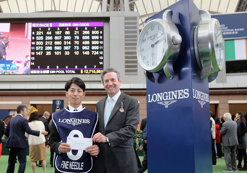 Mr Roger Wealtherby (right), Senior Steward of The Jockey Club, presents a prize of HK$5,000 to the groom responsible for Fine Needle, the Best Turned Out Horse in the LONGINES Hong Kong Sprint.