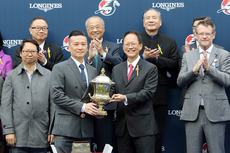 Club's Steward Mr Philip Chen (right) presents the LONGINES Hong Kong Sprint winning trophy and bronze horse to Mr Stunning's owner representative, winning trainer Frankie Lor and jockey Karis Teetan.