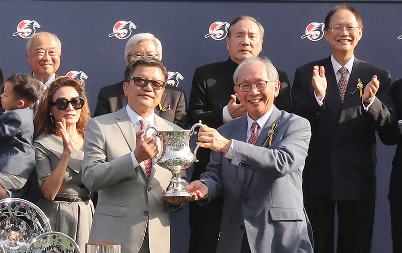 HKJC Deputy Chairman Lester Kwok presents the Jockey Club Cup winning trophy and silver dishes to Exultant's Owner Eddie Wong Ming Chak, as well as trainer Tony Cruz and jockey Zac Purton.