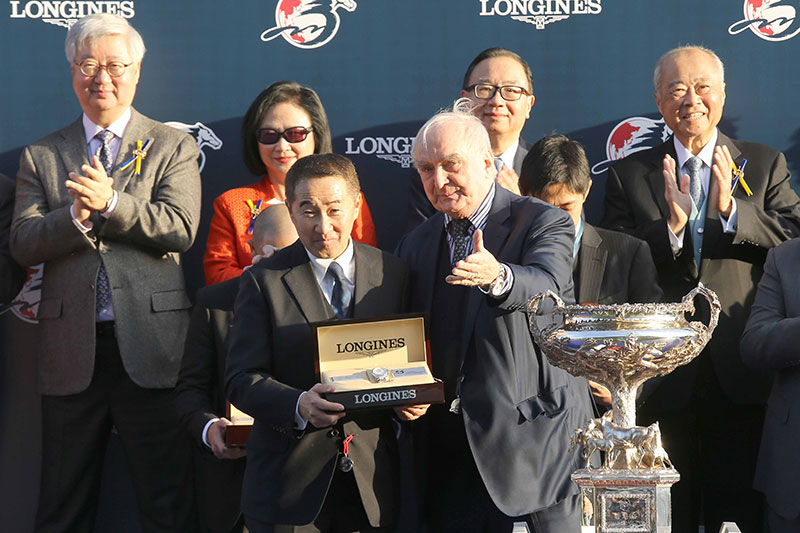 Mr Walter von Känel, President of LONGINES, and Mr Aaron Kwok, LONGINES Ambassador of Elegance, present a LONGINES timepiece each to the winning Owner, Trainer and Jockey.