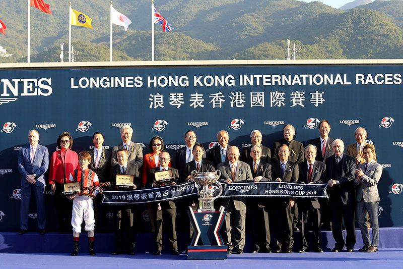 Group photo at the presentation ceremony of the LONGINES Hong Kong Cup.