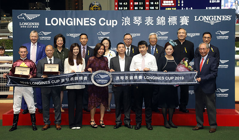 Group photo after the presentation ceremony for the LONGINES Cup.