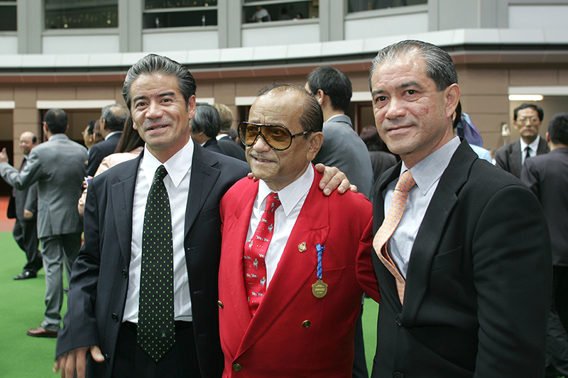 Cruz and his brother Derek flank their late father Johnny at Sha Tin in 2005.