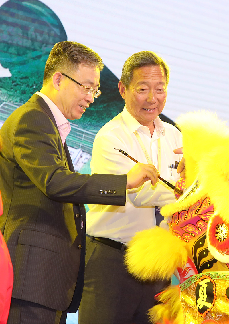 Club Chairman Dr Simon S O Ip (right) and Vice Director, Hong Kong and Macao Affairs Office of the State Council, Mr Song Zhe dot the eyes of the lion during the opening ceremony.