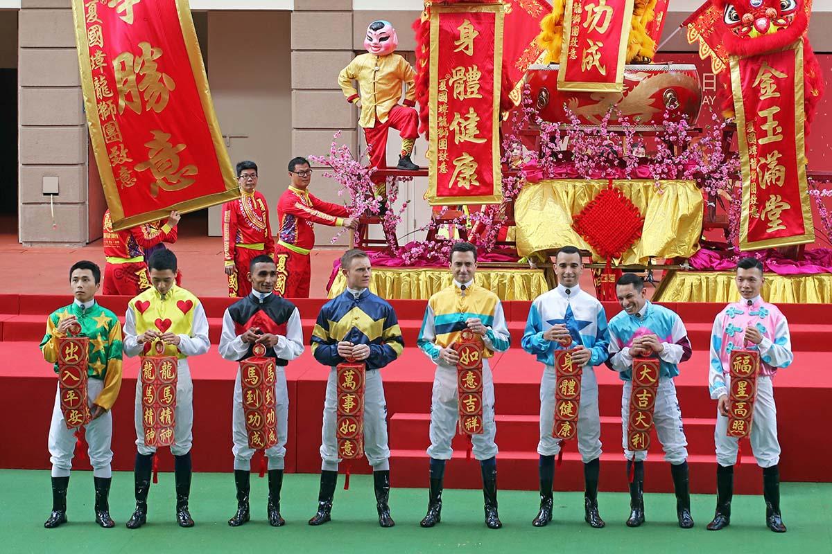 一眾騎師於馬匹亮相圈向市民拜年,祝願大家暢旺年年。
