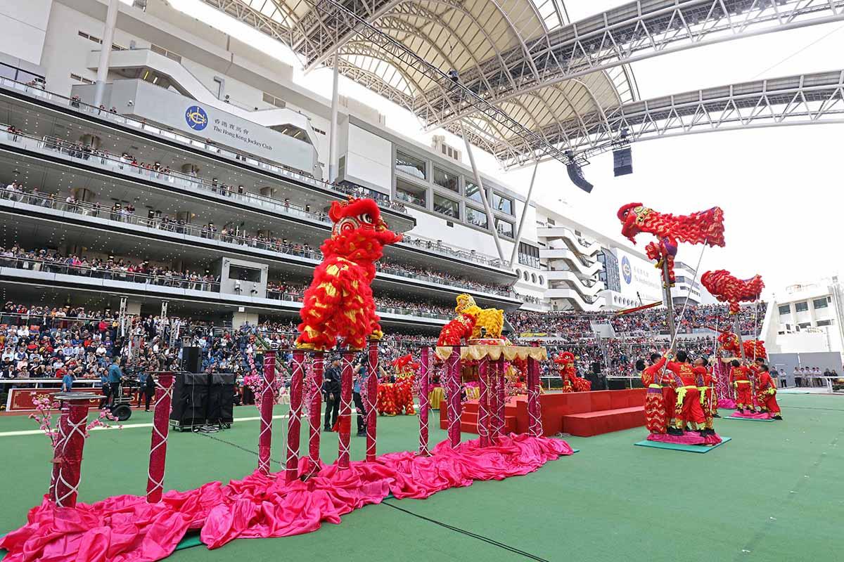醒獅助慶為農曆新年賽馬日打響頭炮。
