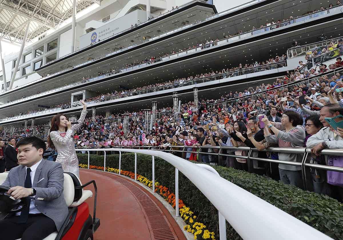 歌手菊梓喬在馬匹亮相圈高歌賀新歲。