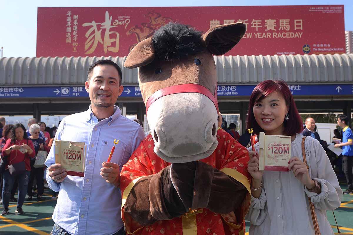 今天進場觀看農曆新年賽馬日的入場市民均獲贈「招財筆」一支及即揭抽獎卡一張,有機會贏取24K包金擺件一份。
