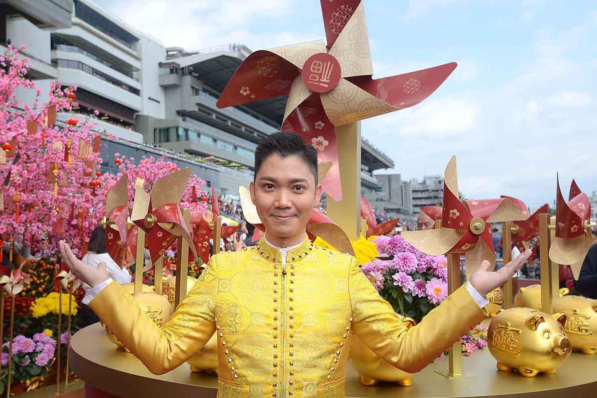 沙田馬場公眾席廣場設置了「風生水起桃花徑」,以巨型吉祥風車及桃花陣為開運景點,祝願馬迷風生水起財源滾滾,桃花人緣暢旺。