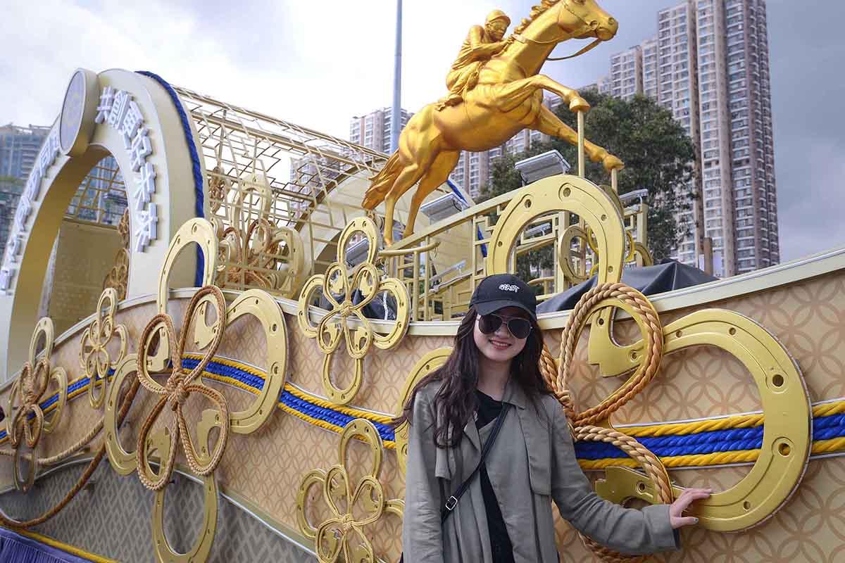 香港賽馬會以「攜手同進慶新春」為主題的花車在沙田馬場展出,供入場人士拍照留念。