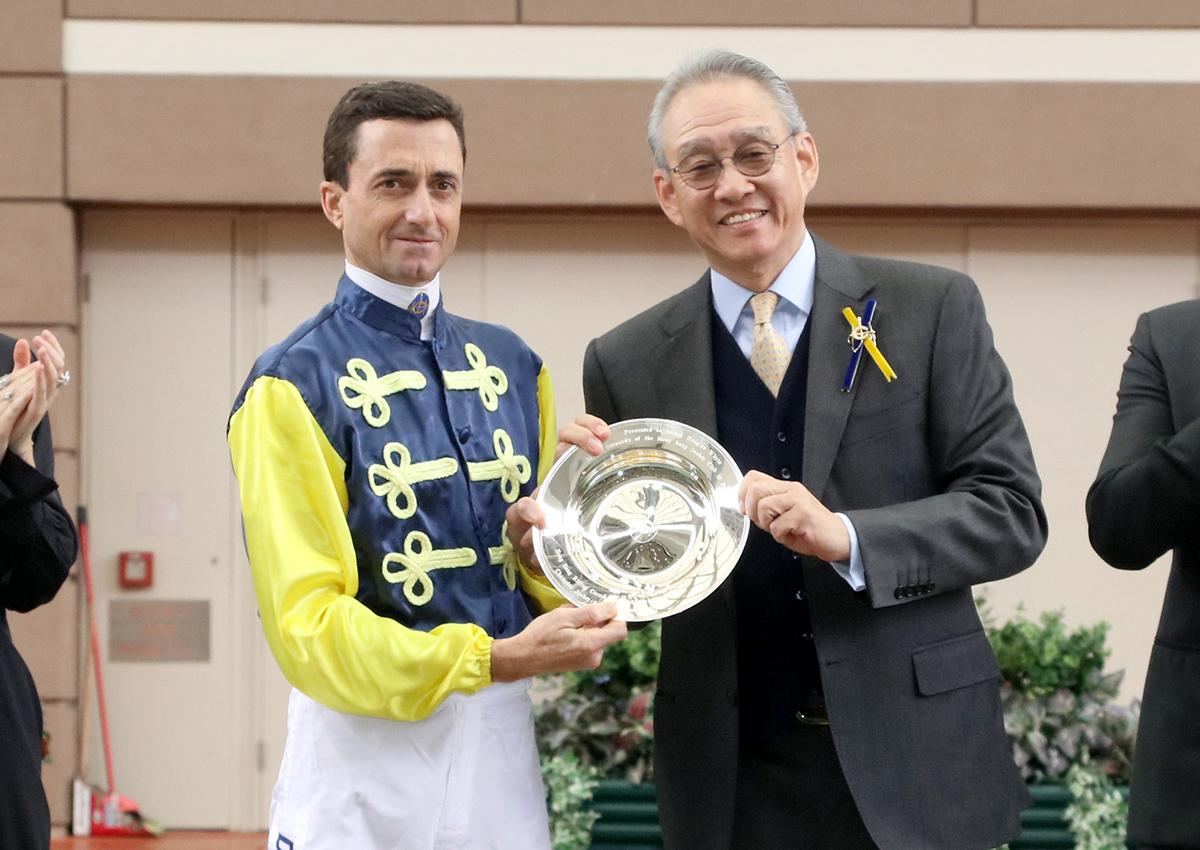 香港賽馬會主席周永健博士頒贈紀念銀碟予韋達。