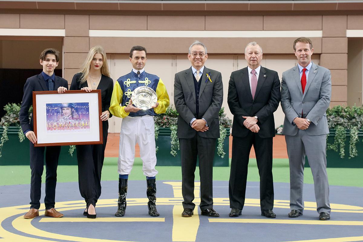 韋達及其家人與香港賽馬會主席周永健博士(右三)、香港賽馬會行政總裁應家柏(右二)及香港賽馬會賽馬事務執行總監夏定安(右一)合照。