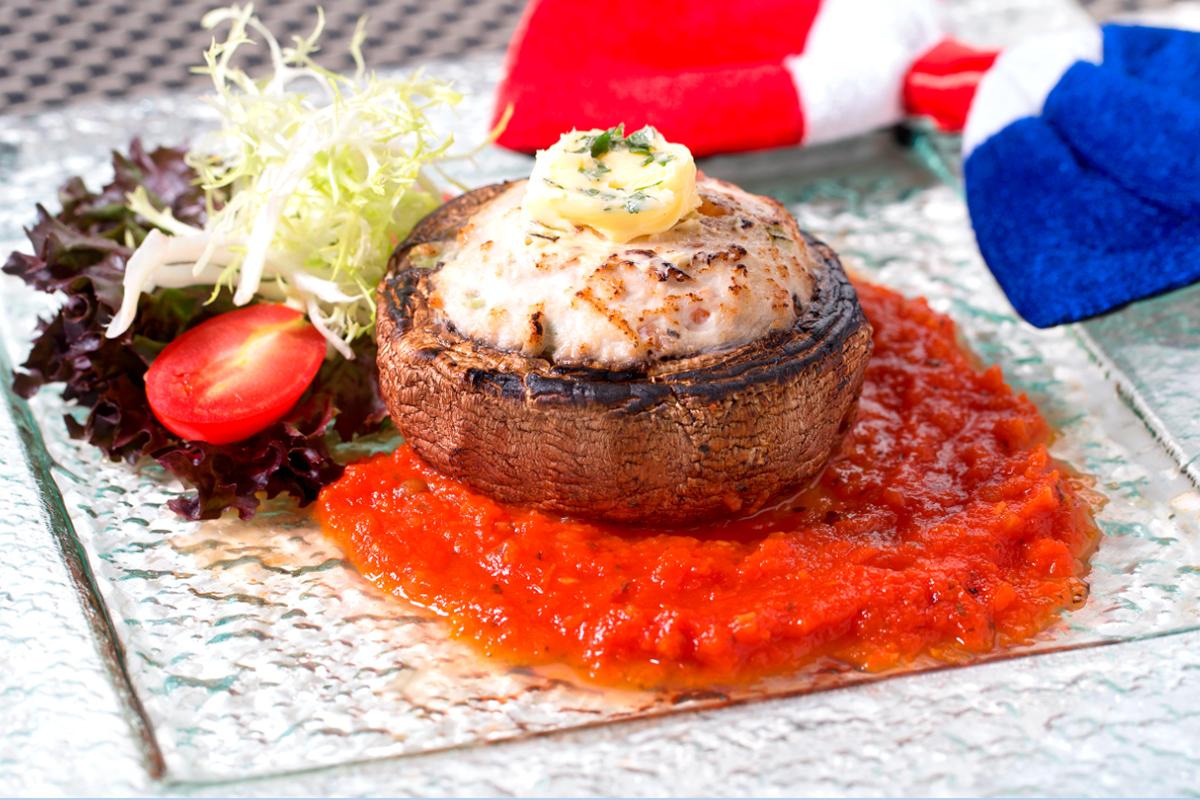 焗雞肉芝士釀大啡菇,香草蕃茄汁