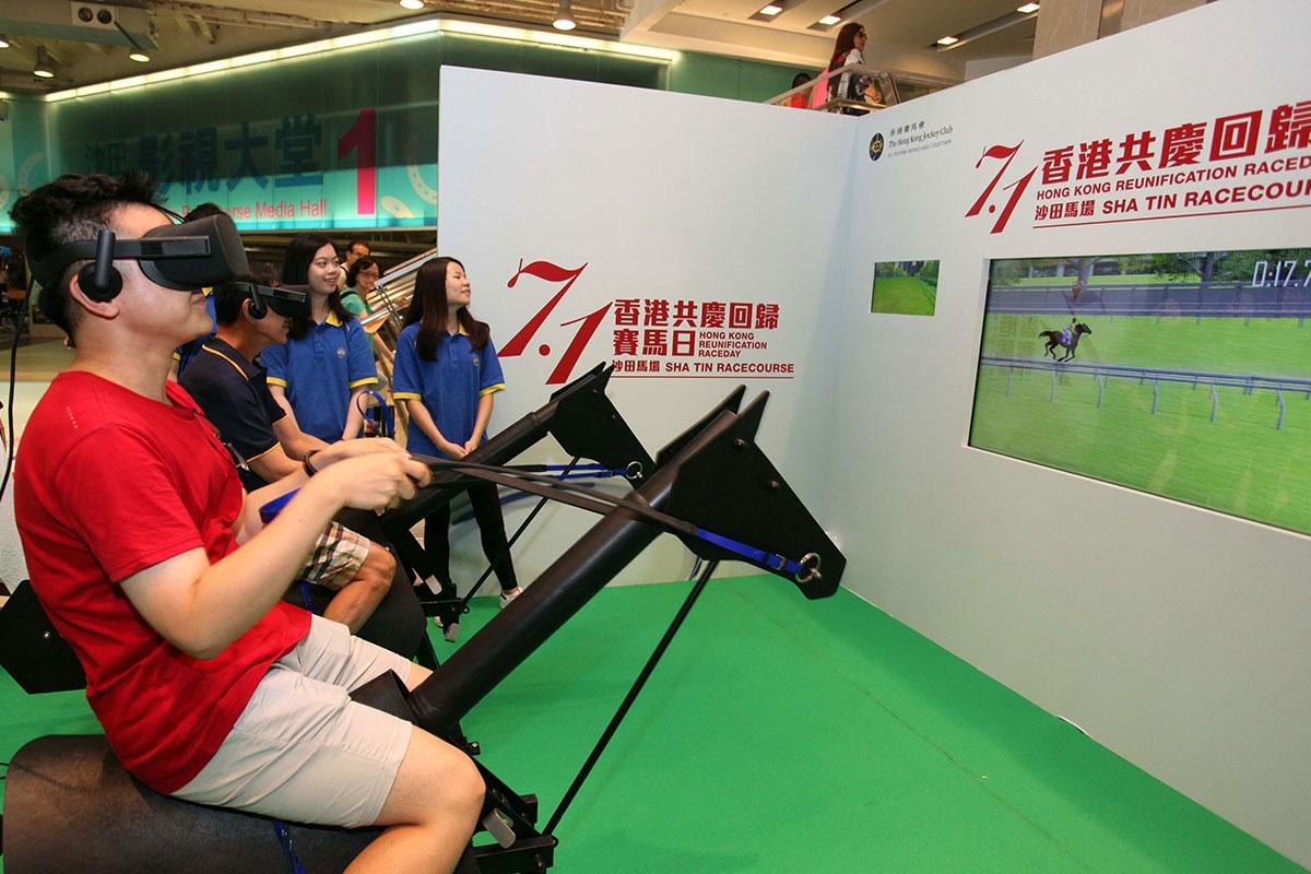 場内設有多項精彩活動,當中包括VR虛擬策騎遊戲。
