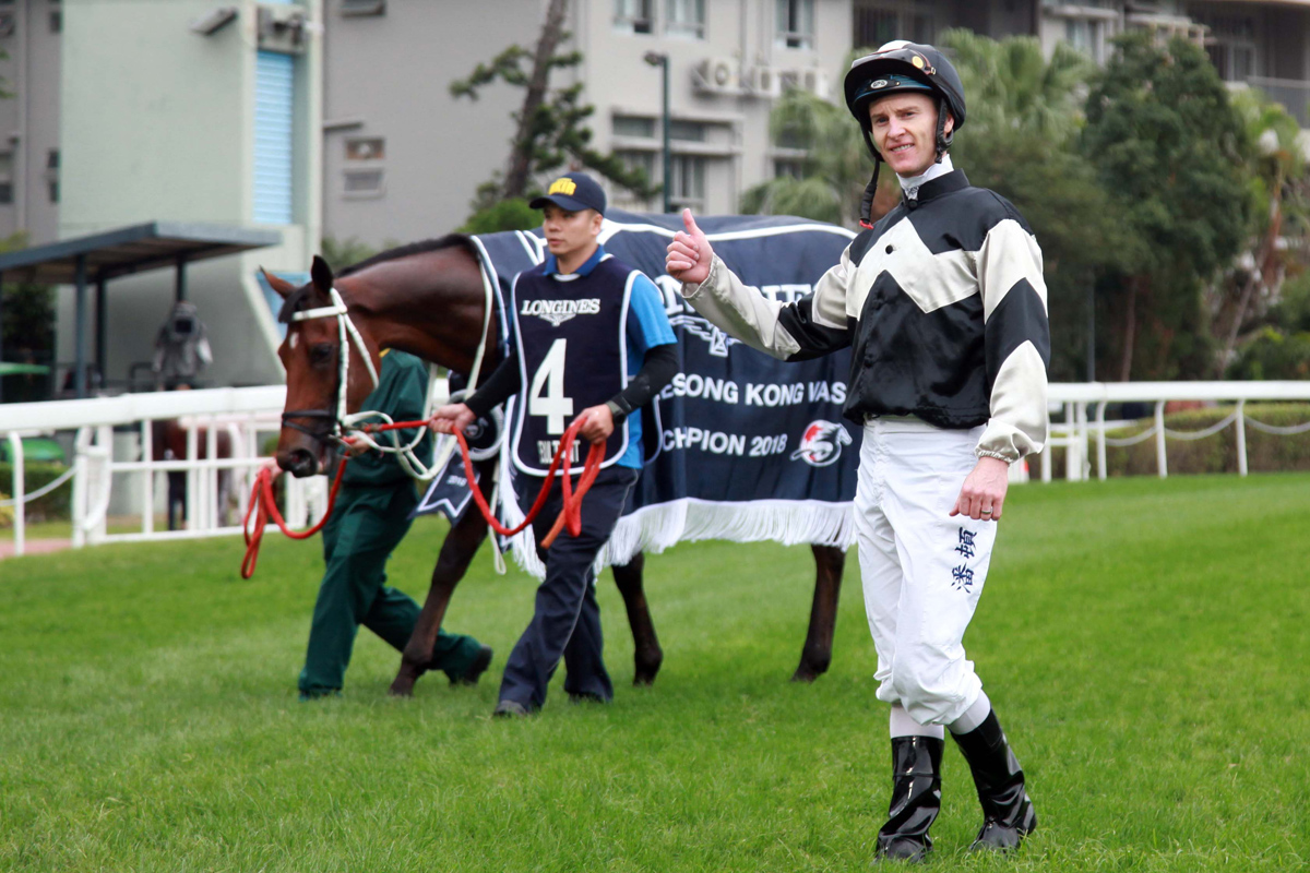 Zac Purton gives Exultant's terrific performance the thumbs-up.