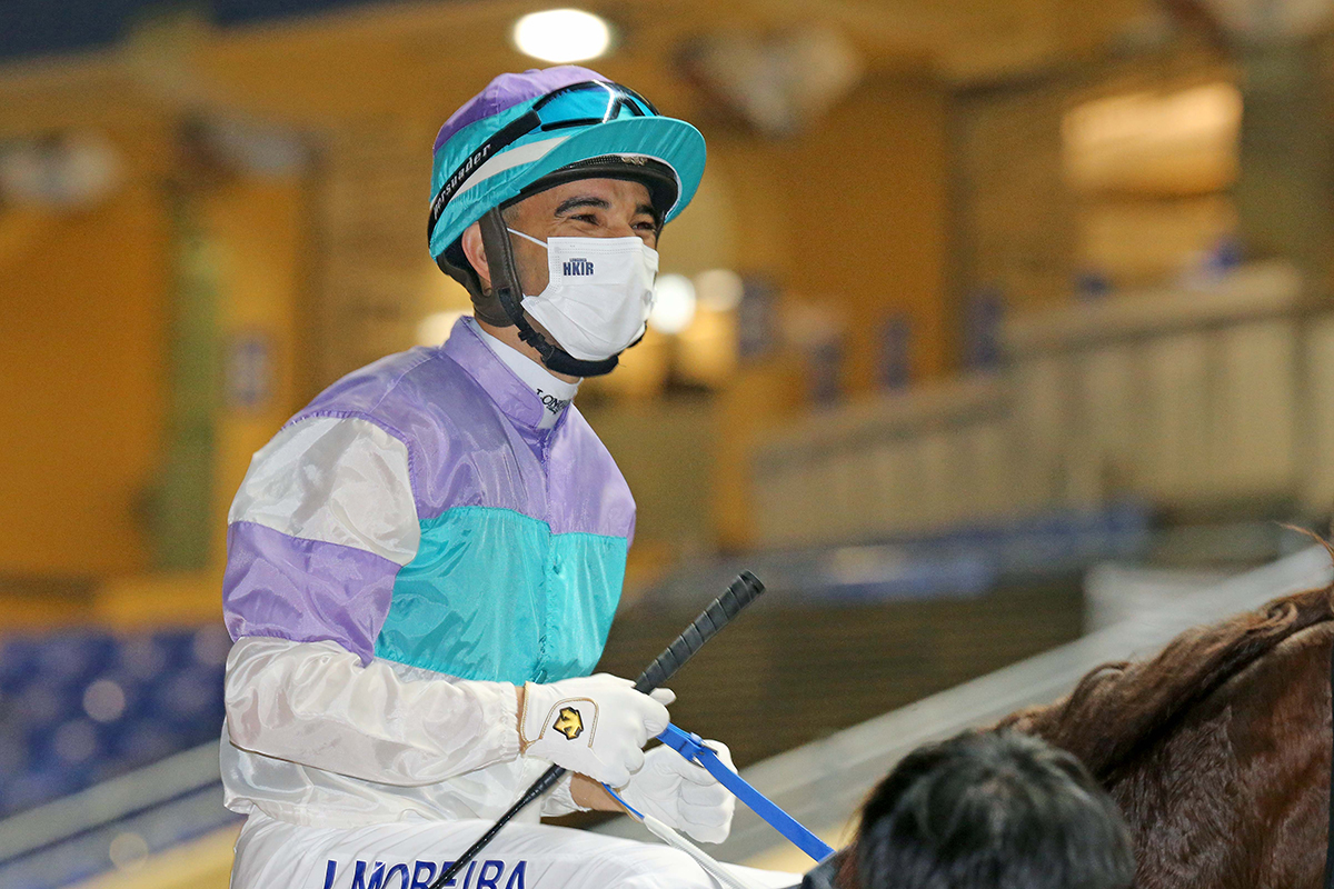Hong Kong representative Joao Moreira partners Gouten Of Garo (No.11) to victory in the first leg of the LONGINES International Jockeys' Championship.